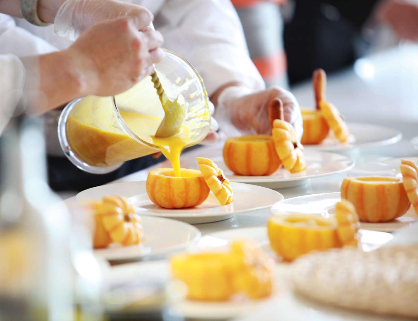 Camareros de hotel sirviendo comida